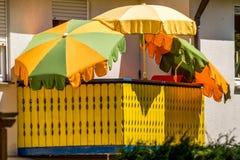 Balkongans-slags solskydd - stadsliv Arkivfoto