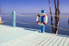 Balkongen med havet beskådar och sänder säkerhetscirkeln Arkivfoto