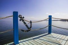 Balkongen med havet beskådar och sänder säkerhetscirkeln Arkivbilder