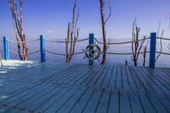 Balkongen med havet beskådar och sänder säkerhetscirkeln Arkivfoton