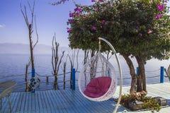 Balkongen med havssikter och två stolar semestrar Royaltyfri Bild