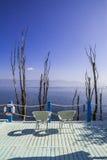 Balkongen med havssikter och två stolar semestrar Royaltyfria Foton