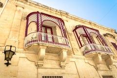 Balkonger av gammal byggnad i Malta Arkivfoton