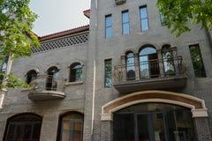 Balkonger av gammalmodig byggnad Arkivbilder