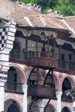 Balkonger i de kloster- cellerna i den Rila kloster i Bulgarien Arkivbilder