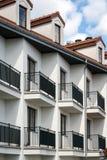Balkonger i mång- familjhusyttersida Arkivfoton