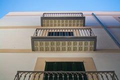 Balkonger med dekorativa golvtegelplattor royaltyfri bild