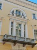 balkonger med kolonner och byggande vägggarneringar royaltyfri fotografi