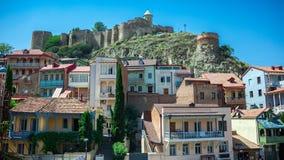 Balkonger och Narikala fästning i Tbilisi, Georgia Royaltyfri Foto