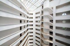 Balkonger och spiraltrappuppgång inom mitt Marine Residence komplex Royaltyfria Bilder