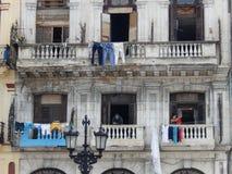 BALKONGER OCH TVÄTTERI, HAVANNACIGARR, KUBA Royaltyfri Foto