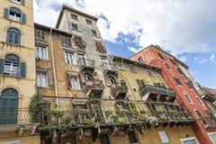 Balkonger på bostads- hem i Italien, Europa Royaltyfri Bild