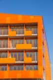 Balkonger på en modern orange hyreshus i Groningen Arkivbilder