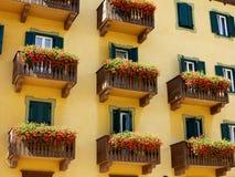 Balkonger som dekoreras med blommor i Italien Royaltyfri Fotografi