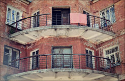 Balkongerna av det gamla tegelstenhuset Royaltyfria Bilder