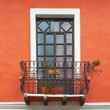 Balkongf?nster i Cuenca, Ecuador royaltyfri fotografi