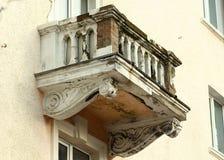Balkongförfallförsämring med synliga strukturella tegelstenar i gammal i stadens centrum buiding Fotografering för Bildbyråer