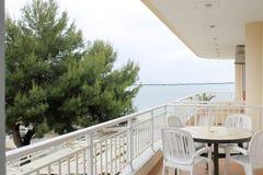 Balkongsikt från hotellet - det blåa havet Royaltyfri Fotografi