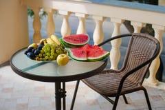 Balkongtabellfrukt och grönsaker Arkivbilder