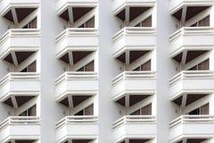 Balkonmuster des modernen Gebäudes Stockfotos