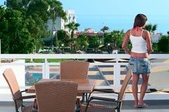 balkonowa piękna hotelowa kobieta Zdjęcie Royalty Free