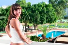 balkonowa piękna hotelowa kobieta Zdjęcia Stock