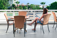 balkonowa piękna siedząca kobieta Zdjęcie Royalty Free