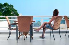 balkonowa piękna siedząca kobieta Obrazy Stock