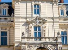 Balkonowi okno z statuami, rodzinnym żakietem ręki i wzorami w pałac Potocki Copernicus ulicie w Lviv, Ukraina fotografia royalty free