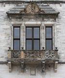 Balkonowy okno w kamiennej ścianie Obraz Stock