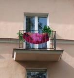 Balkonowy stary dom z czerwieni suknią Fotografia Royalty Free