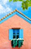 Balkonowy włoszczyzna stylu dom z błękitnym ładnym niebem i zieleń leaf Obrazy Royalty Free