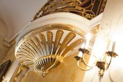 Balkonowy wewnętrzny z złotem mebluje z złocisty sztukateryjny dekoracyjnym Obrazy Royalty Free