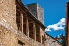 Balkonowy widok na starym ceglanym domu i wierza w San Gimignano Obrazy Royalty Free