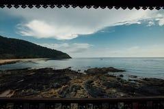 Balkonowy widok tropikalni plażowi i kokosowi drzewa błękitne niebo Zadziwiający widok na ocean Obraz Stock