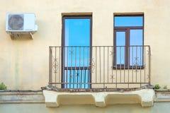 Balkonowy zakończenie na tle żółte ściany Fotografia Royalty Free