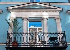 Balkonrijtjeshuis met palm Royalty-vrije Stock Afbeeldingen