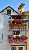 Balkons met bloemen Stock Afbeeldingen