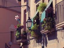 Balkons met bloemen en vuurraderen Royalty-vrije Stock Afbeeldingen