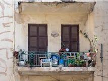 Balkons op de straten van oud Tel Aviv stock afbeelding
