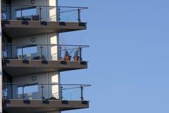 Balkons tegen een blauwe hemel stock afbeeldingen