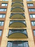 Balkons van een modern highrise flatgebouw met koopflats Stock Foto's