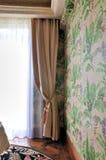 Balkontür mit Trennvorhang und Morgenleuchte Stockfoto