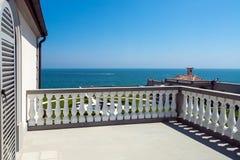 Balkonterras met witte balustrade royalty-vrije stock afbeelding