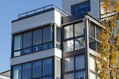 Balkony von schönen modernen Wohnungen in Schweden Stockbild
