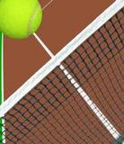 Ball über Tennisnetz Lizenzfreies Stockbild