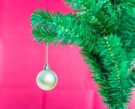 Ball auf Baum-frohen Weihnachten und guten Rutsch ins Neue Jahr Lizenzfreies Stockbild