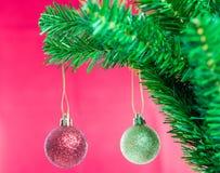 Ball auf Baum-frohen Weihnachten und guten Rutsch ins Neue Jahr Stockfoto