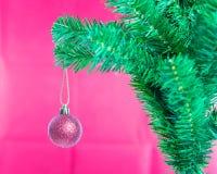 Ball auf Baum-frohen Weihnachten und guten Rutsch ins Neue Jahr Lizenzfreie Stockfotos