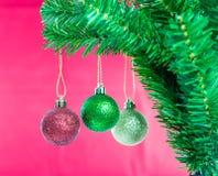 Ball auf Baum-frohen Weihnachten und guten Rutsch ins Neue Jahr Lizenzfreie Stockfotografie